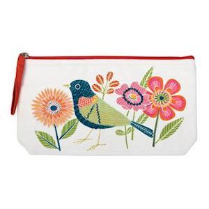 Bog, hardback Avian Friends Embroidered Handmade Pouch af Galison
