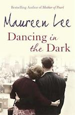 Dancing in the Dark af Maureen Lee