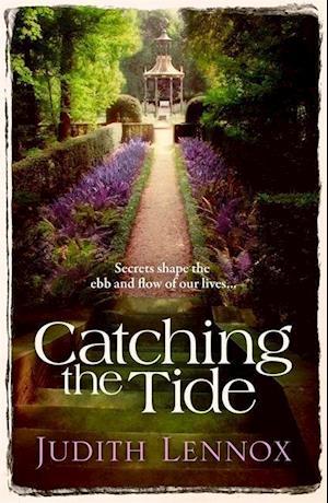Bog, paperback Catching the Tide af Judith Lennox
