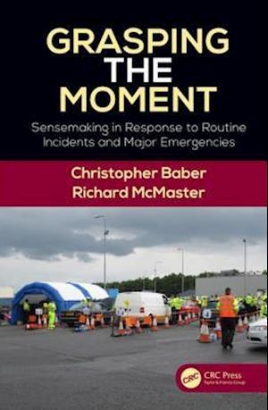 Grasping the Moment af Christopher Baber, Richard McMaster