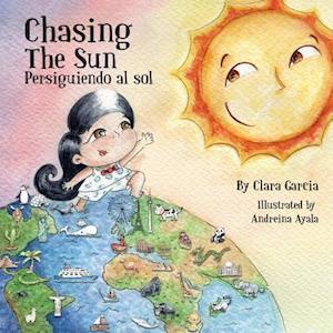 Bog, paperback Chasing the Sun af Clara Garcia