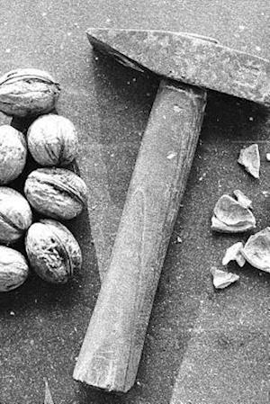 Bog, paperback A Nutcracker and Walnuts in Black and White af Unique Journal