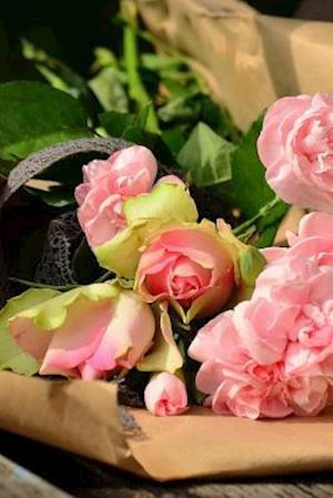 Bog, paperback A Newly Delivered Bouquet of Pink Roses af Unique Journal