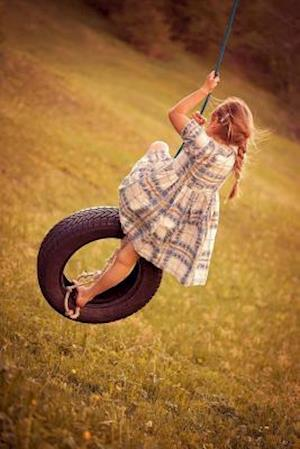 Bog, paperback Little Girl Playing on a Tire Swing Journal af Cs Creations