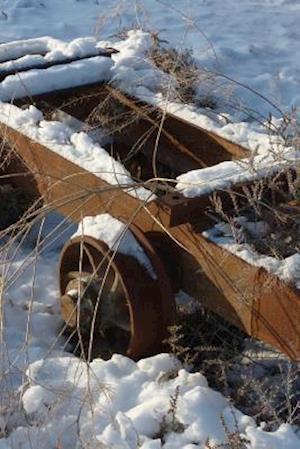 Bog, paperback An Old Rusted Mine Cart Covered in Snow af Unique Journal