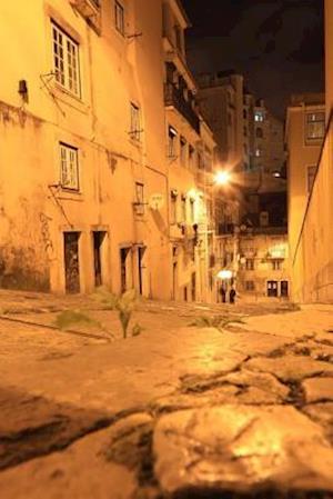 Bog, paperback An Old Street at Night in Lisbon, Portugal af Unique Journal