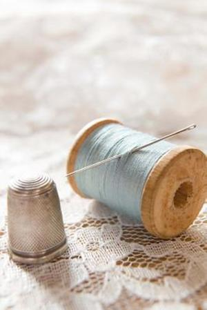 Bog, paperback Vintage Spool of Blue Thread and a Silver Thimble Sewing Journal af Cs Creations