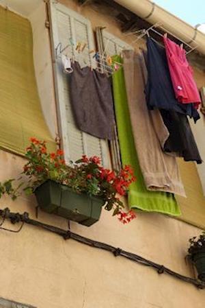Bog, paperback Laundry Hanging from a Window in Marseille, France af Unique Journal