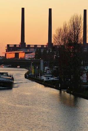 Bog, paperback A Boat on the River in Wolfsburg, Germany af Unique Journal